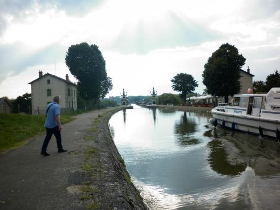 أوبرج دو بونت كانال: Easyacsess to walk along the canal