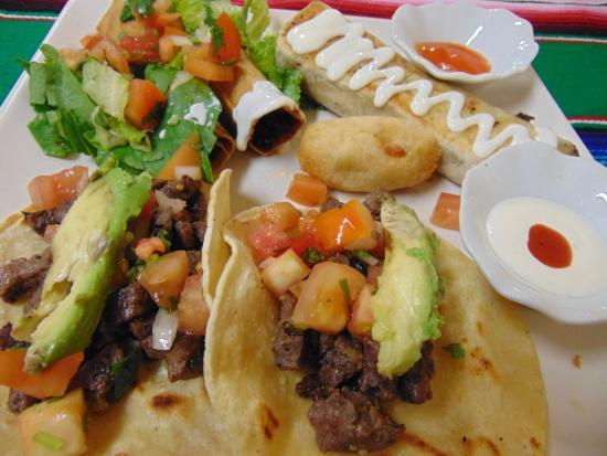 Casa Blanca Latinamerican Foods Restaurant: combo locooo: 2 tacos -1 enyucadito - chimichanga - 2 flautas