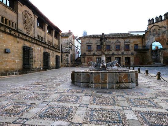 Plaza del Populo : Fuente de los leones (centro) e Prédios do matadouro (esq).