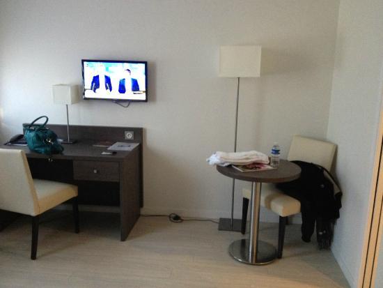 vue depuis le lit picture of residhome appart hotel. Black Bedroom Furniture Sets. Home Design Ideas