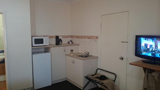 Best Western Karratha Central Apartments: kitchen area with microwave