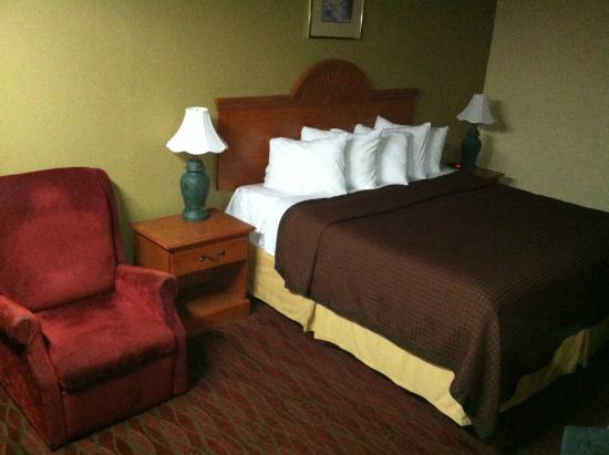 Days Inn Staunton/ Mint Springs: King Bed