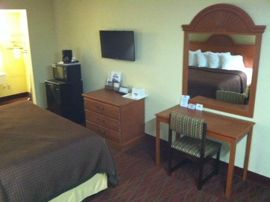 Days Inn Staunton South: Equipped with fridge and microwave