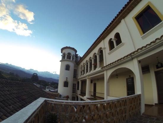 Hotel Puente Viejo: Vista lateral del hotel