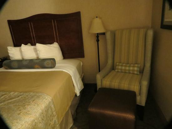 BEST WESTERN PLUS Country Cupboard Inn: reading chair