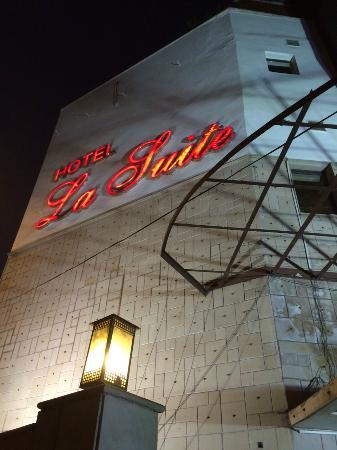 Hotel La Suite: Front entrance