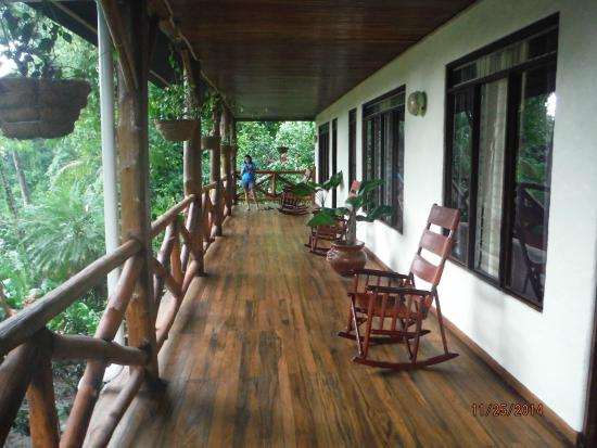 Tabulia Tree Hotel & Villas: The patio where to sit and see monkeys!!!!