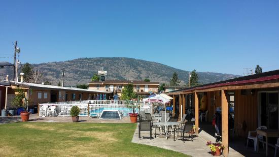 Sahara Courtyard Inn: West View