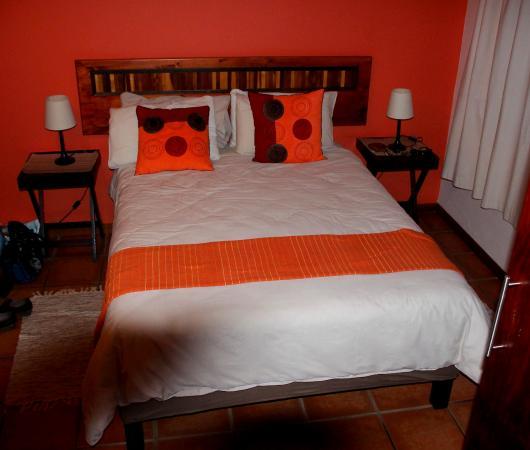Grosses Bett mit vielen Kissen - Picture of Marula Lodge, Swellendam ...