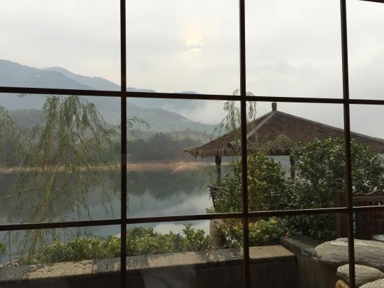 Shengzhou, China: 房外就是所谓的温泉池,早上看起来很脏 hot spring pool looks dirty