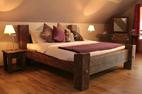 Karen Country Lodge: Cosy strong mahopgany bed