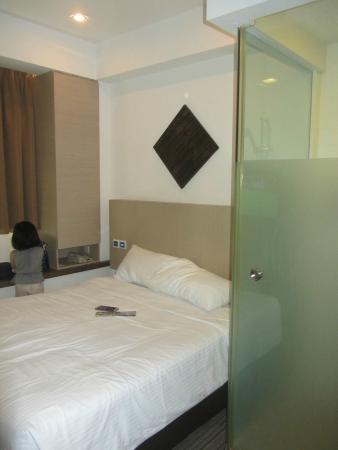 Aqueen Hotel Balestier : Our bed