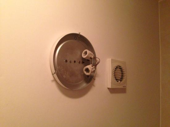 Jesmond Hotel: No bulbs in bathroom light