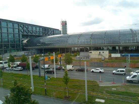 Motel One Berlin-Hauptbahnhof: Estacion de trenes desde la ventana de la habitación