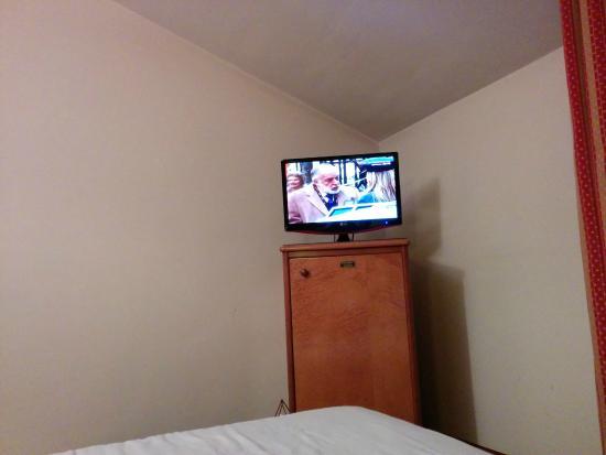 Sercotel Ciudad de Oviedo Hotel: televisor sobre el minibar