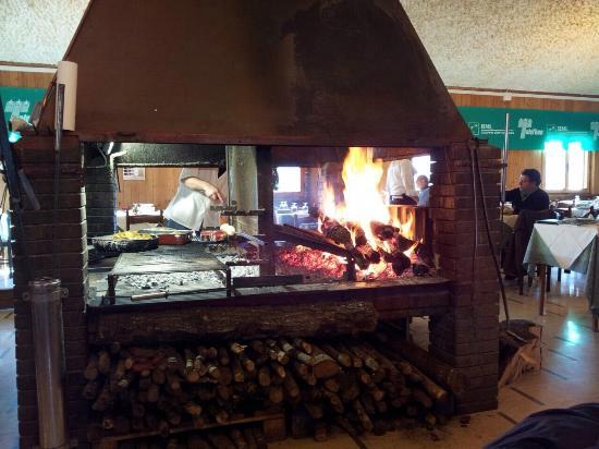Camino centrale con griglie per cottura e brace dove fare - Camino per cucinare ...