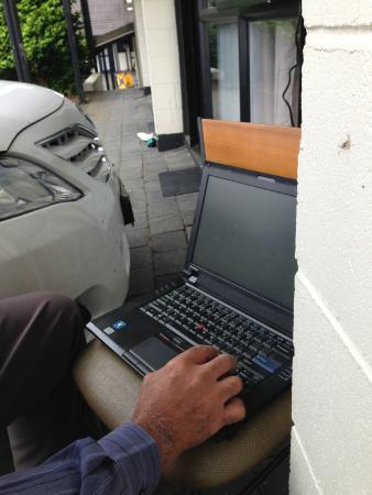 Oakwood Manor Auckland Airport Motor Lodge: What a place to get wi-fi !!