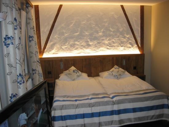 Hotel Adler: Large bed in Jr Suite
