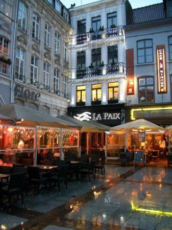 """Brasserie de La Paix : La brasserie se trouve dans un angle de """"place"""""""