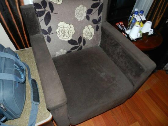 Asian Ruby Park View Hotel: fauteuil taché avec plein de taches