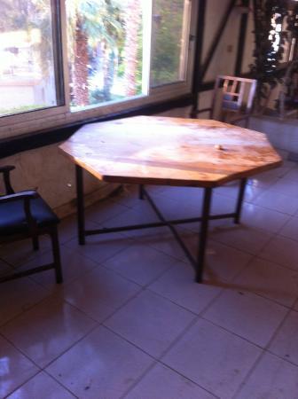El Samaka Beach Hotel: Еще один стол в столовой