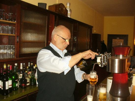 Hotel Zur Alten Post: The husband / owner of the hotel, pouring my beer, wunderbah