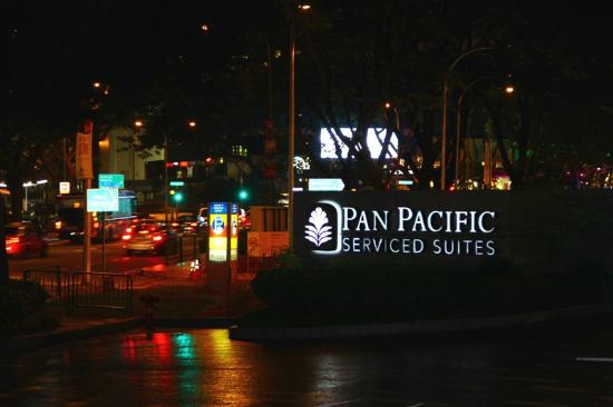 Pan Pacific Serviced Suites Orchard Singapore: Улица возле отеля ночью