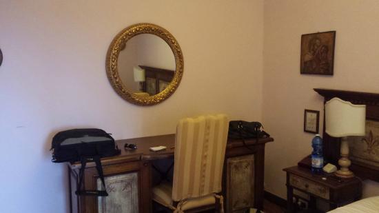 Albergo Quattro Gigli : lato scrivania frigobar