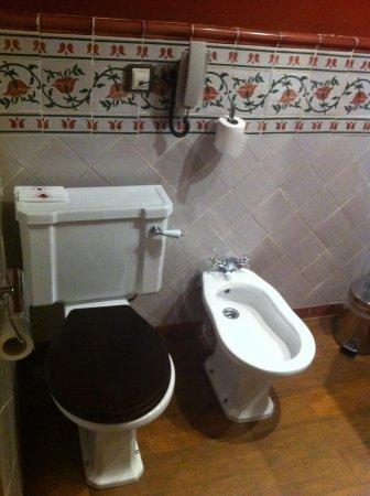 Agora Juan de Austria: Baño clásico. Doble lavabo.