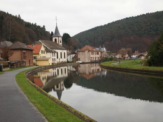 Hotel-Restaurant des Vosges: a walk along a lovely canal