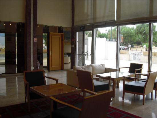 Grand Beach Hotel: Living junto a recepção do hotel.