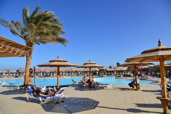 Aladdin Beach Resort: у бассейна
