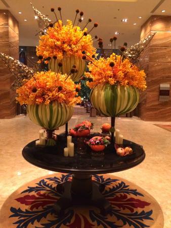 shangri la hotel xian halloween floral arrangement the hotel lobby