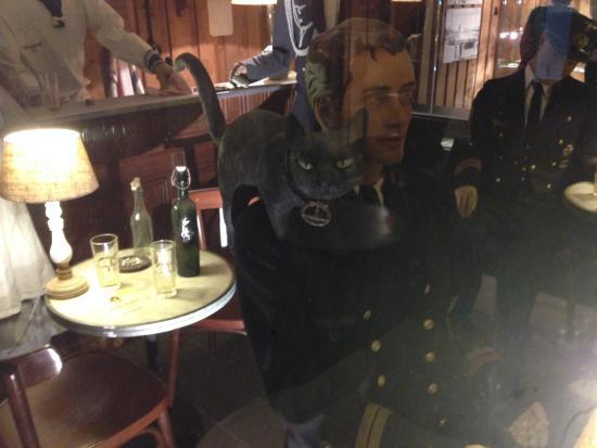 Le Bunker de La Rochelle : Officers' mess - with cat!