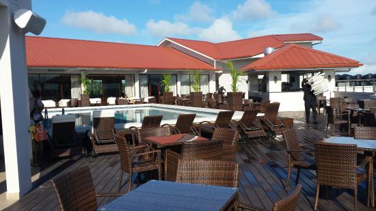 Ramada Paramaribo Princess Hotel: Piscine terrasse