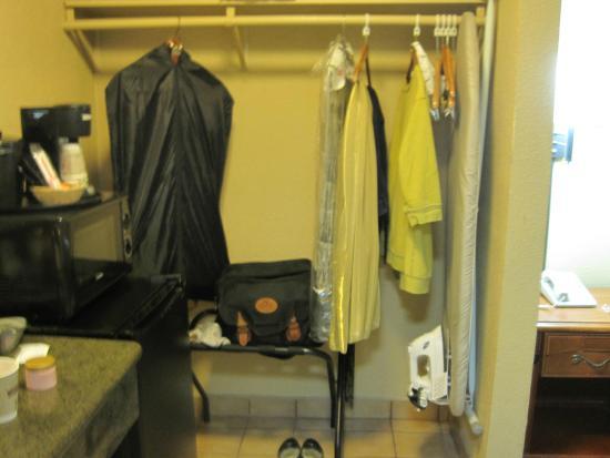 Hawthorne Plaza Inn: Open Air Closet
