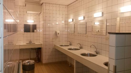 Stayokay Hostel Amsterdam Stadsdoelen: Les sanitaires pour chaque 2chambres