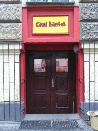 Hostel Chili Prague: Вход в хостел