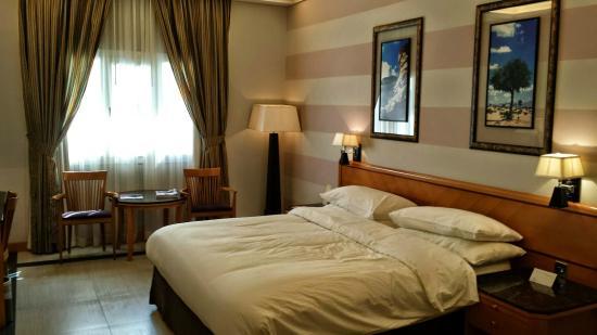 Ramada Qurum Beach : hotel room