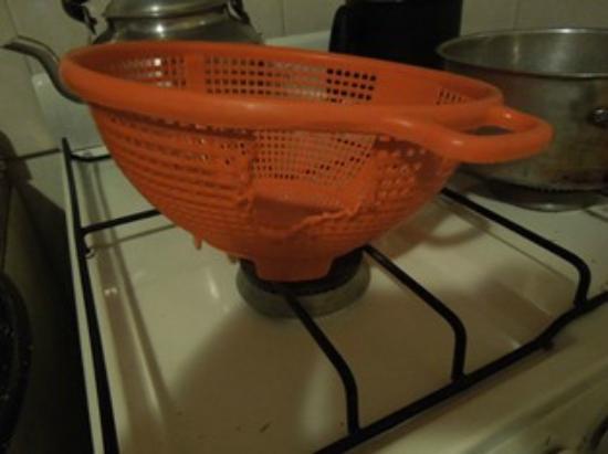 Apart Hotel Mendoza: estado del colador de pastas que me entregaron para cocinar