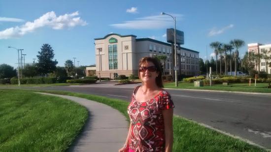 Wingate by Wyndham Convention Ctr Closest Universal Orlando: En el paradero cerca al hotel esperando al Trolley Bus