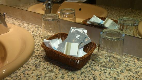 Imperial Atiram Hotel: vasos poco higiénicos, directamente en el mármol