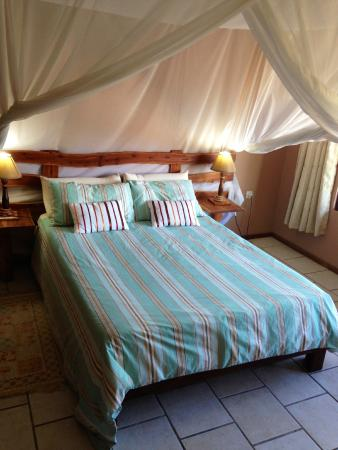 Bay View Lodge: Room with the mossy nets up (after the cleaning service). Looks so inviting!