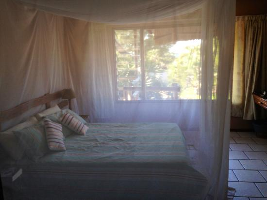 Bay View Lodge: Bedroom with the mossy nets down