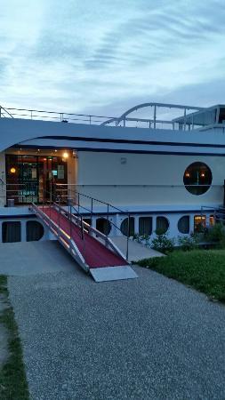 Ferris Wheel in Avignon : Sobre o rio que passa pela cidades os Restaurantes Charmosos Flutuantes@