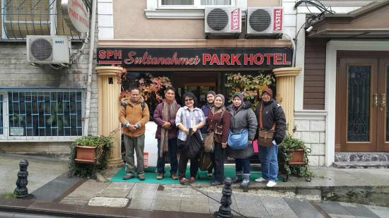 Sultanahmet Park Hotel: in front of the hotel