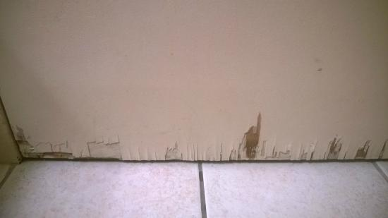 Fenwick Inn: Bottom of Bathroom Door