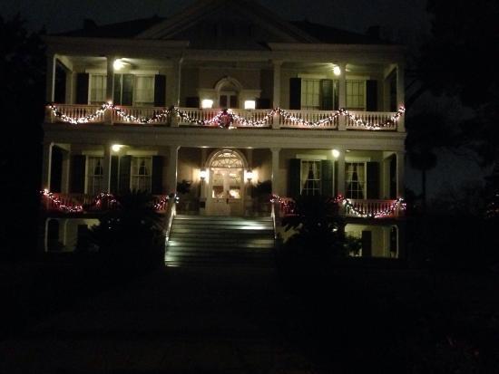 Noble Inns - The Oge House, Inn on the Riverwalk: Oge house at Christmas time