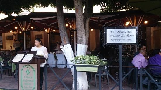 El Meson de Chucho El Roto: tardecita frente a la plaza principal en el Mezon de Chucho