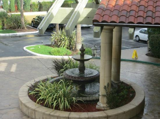DoubleTree by Hilton Hotel Campbell - Pruneyard Plaza: Front entrance - fountain